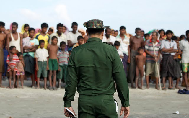 rohingyas-wait-to-cross-border-Maungdaw.jpg